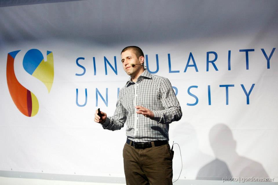 Сергей Петров защитава проекта си в Singularity University в базата на НАСА в Калифорния.