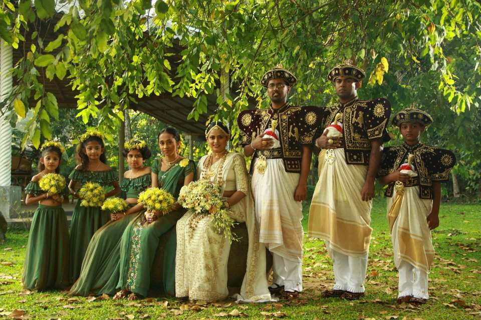 Цялото сватбено войнство: младоженци, шаферки и кумове.