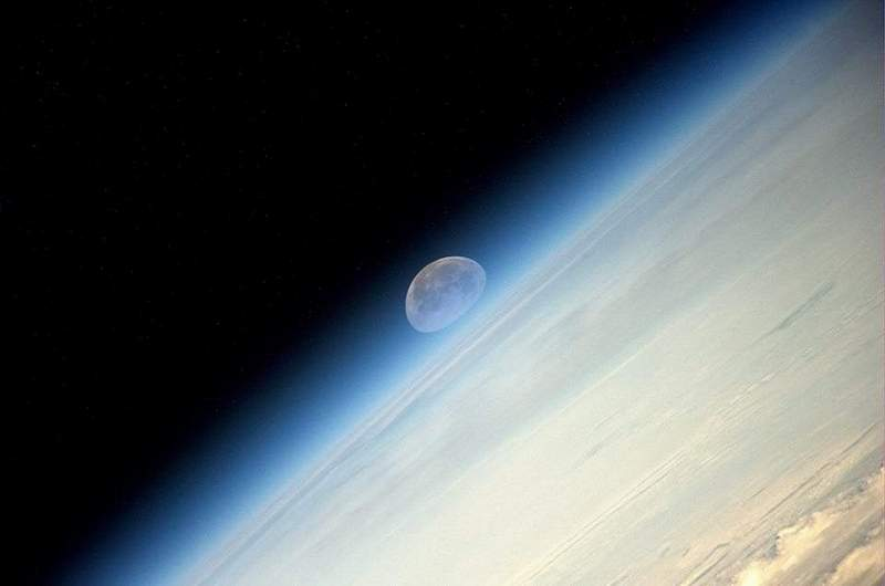 Супер Луна се показва зад хоризонта на Земята в космоса. Уникалното явление е заснето на 10 август от космонавта Олег Артемиев от борда на Международната космическа станция. © ЕКА.