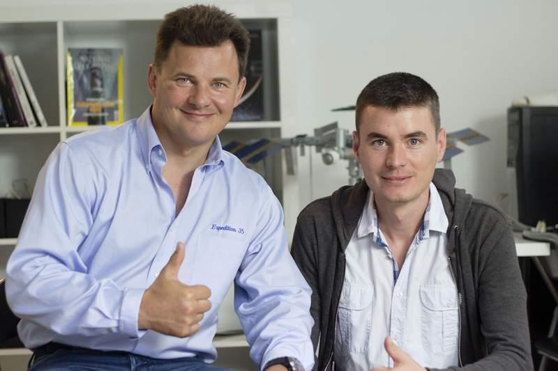 """Райчо Райчев (вдясно) с космонавта Роман Романенко, който през юли гостува на """"космическите кадети"""" в София."""