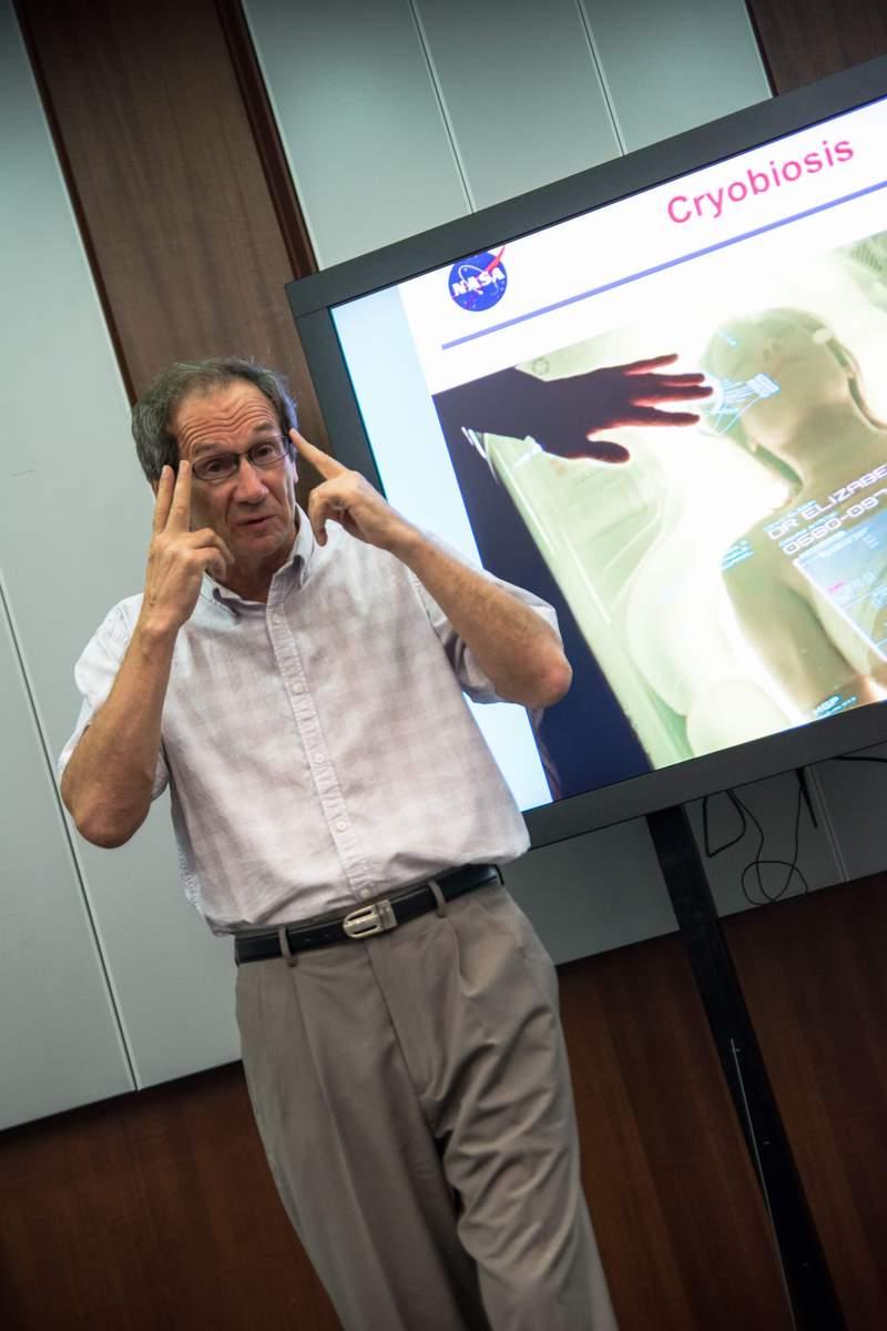 """Доктор Юри Грико от Изследователския център на НАСА - """"Еймс"""" в Калифорния, на лекция пред участниците от """"Космически предизвикателства"""" на тема космическа медицина."""
