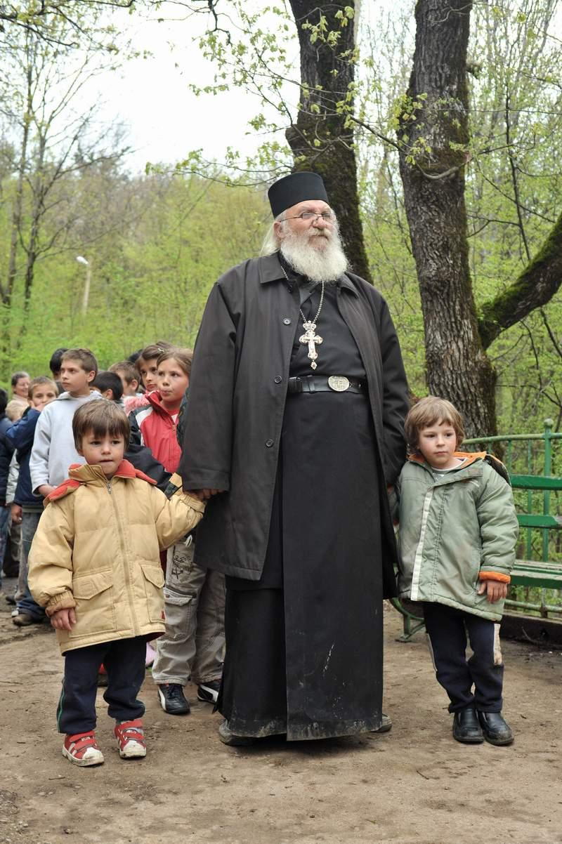 Отец Иван и неговите деца...