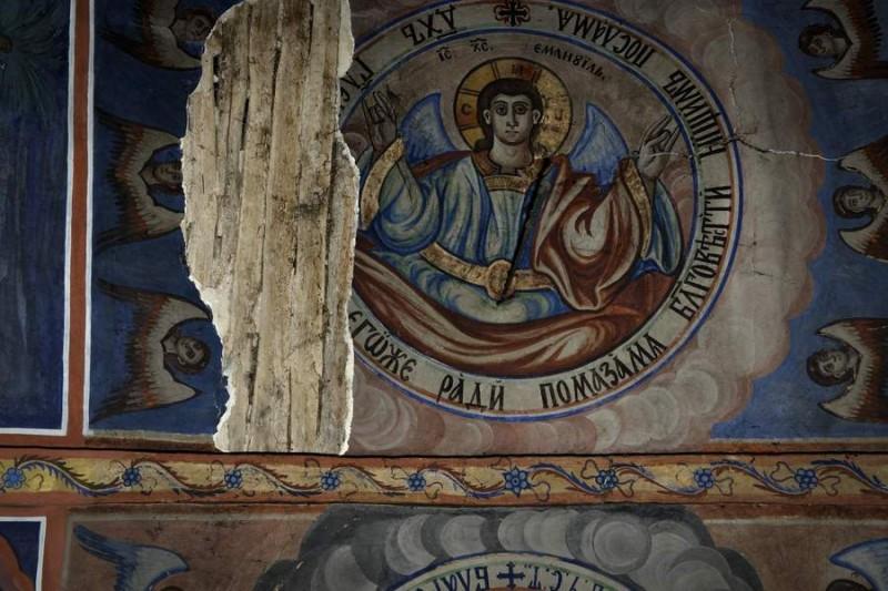"""Покривът и стените на храма """"Света Троица"""" в Нови хан се нуждаят от сериозен ремонт и реставрации."""
