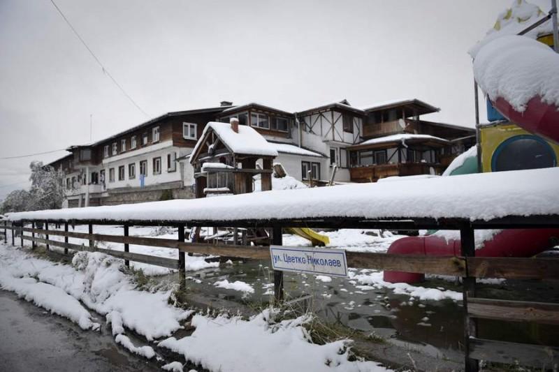 С първия сняг отец Иван и хората му се разтревожиха как ще изкарат зимата, дали в приюта ще има достатъчно храна, дърва и въглища за отопление.