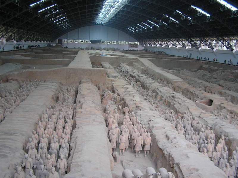 Броени дни след като откриват строените глинени войници, китайците построяват покрити павилиони над тях.