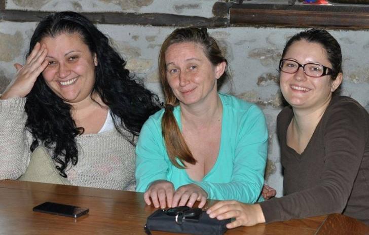 С моите приятелки и първи помощнички Гергана Стоянова (вляво) и Невена Цветкова (вдясно) на сладки приказки в Киселчово.