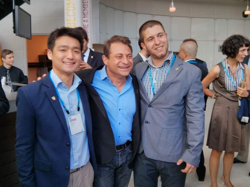 """Сергей Петров (крайния вдясно) с легендата Питър Диамандис (в средата) - създател на """"Singularity University"""" и """"International Space University"""". Отляво е състудент на Сергей от Австралия."""
