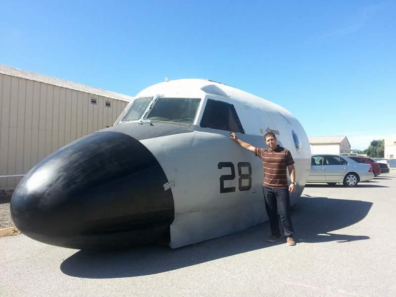 """Сергей Петров пред тренажор за пилоти в базата на НАСА """"Еймс"""" в Калифорния."""