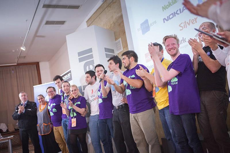 """Хората в """"специалните тишърти"""" в лилаво са екипът на софийския StartUP weekend. Те изкарват с овации на сцената и пазача и лелчето, които са се грижили за тях."""