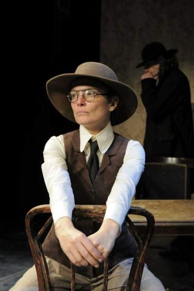 Неузнаваема като Емили Пийтърс, британската годеница на главния герой Борис Сарафов.