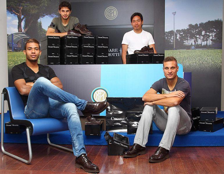 """Футболистите от """"Интер"""" с обувки на Чезаре Пачоти."""
