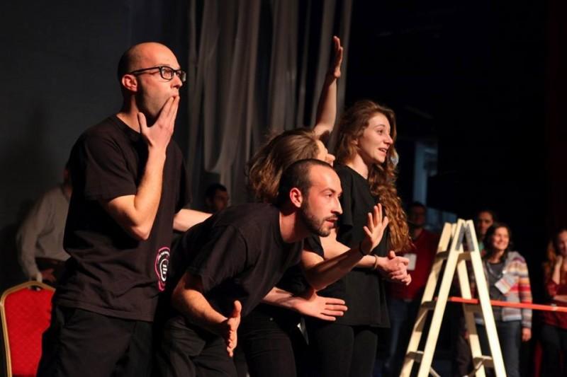 """Как се изобразява емпатията? Актьорите от Playback театър """"Тук и сега"""" потапят зрителите в атмосферата на открито и смело споделяне на чувства и преживявания. © Empatheast."""
