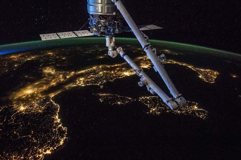 Уникална снимка на Европа от борда на Международната космическа станция, направена от астронавт от експедиция 40. Виждат се ясно Иберийският и Апенинският полуострови. В кадър е товарният космически кораб Cygnus Orbital-2, а на хоризонта се вижда Северното сияние. © ЕКА (Европейска космическа агенция).