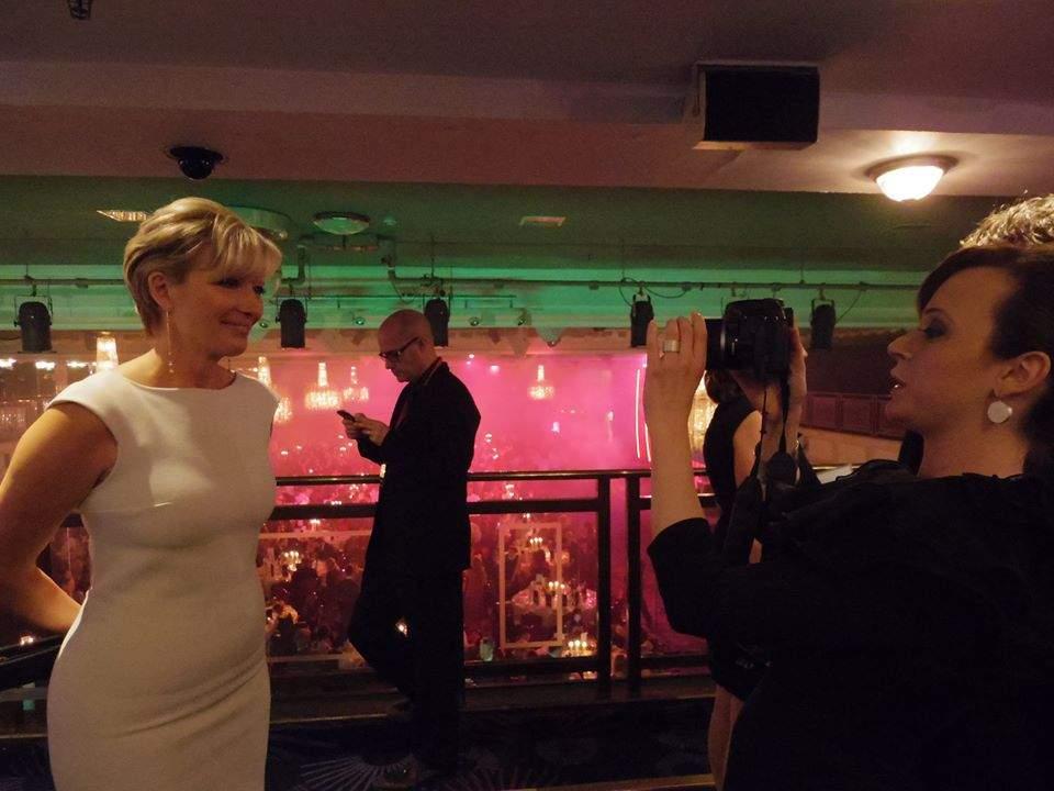Стаси Кара снима Ема Тимпсън.