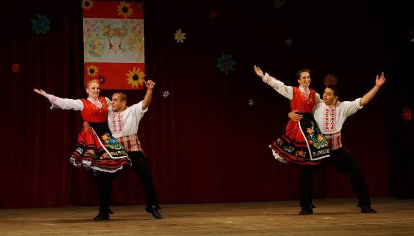 """Антония Иванова (вляво) във вихъра си на сцената. Ансамбъл """"Българани""""."""