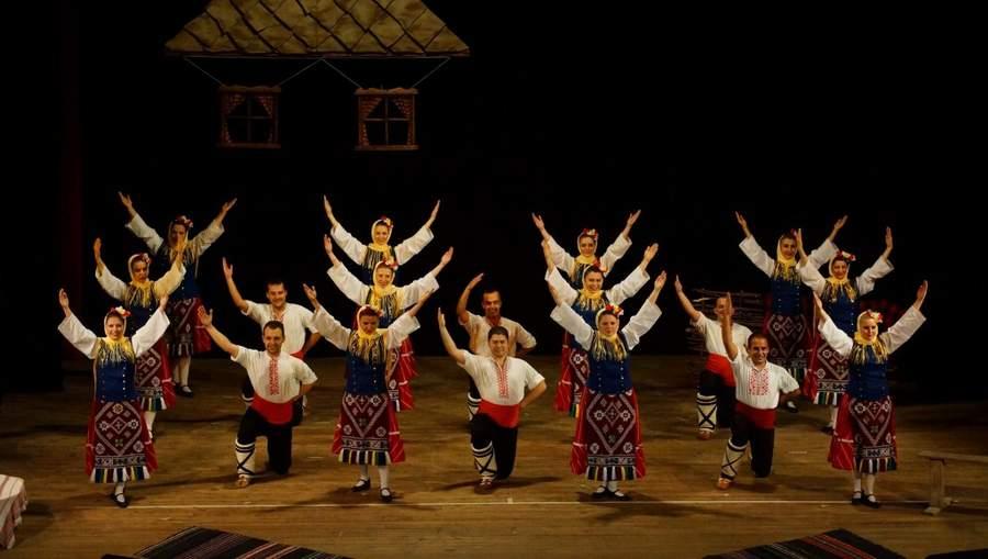 """Антония Иванова (крайната вдясно) с ансамбъл """"Българани"""" на сцената."""