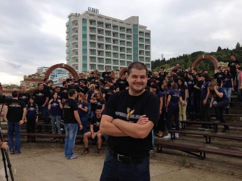 """С такава """"имперска"""" армия от надъхани млади програмисти зад гърба си Доброслав Димитров вярва, че може да повдигне планини.© """"IT таланти""""."""