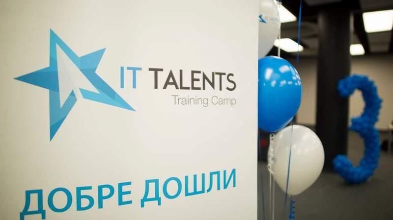 """""""Добре дошли на """"Тренировъчен лагер IT таланти"""". Ако сте упорити, трудолюбиви и амбициозни, ще стигнете далече!""""."""