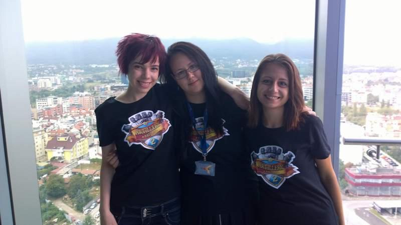 """Девойките """"артилеристки"""", или екипът на играта """"Онлайн Артилерия"""". """"Никак не е страшна, забавна е, двама играчи имат по едно малко анимационно замъче и се стрелят с гюлленца"""", смеят се младите програмистки (отляво надясно) Йоанна Викторова, Росица Савчева и Стефка Вачева."""