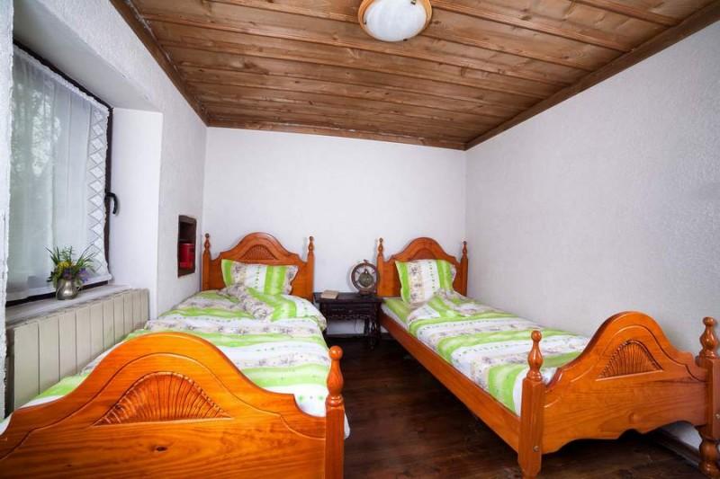 Чарът на тази малка стаичка с две легла във втората къща са долапчетата в стените, запазени от преди. Нощното шкафче и оригиналната нощна лампа са от Париж.