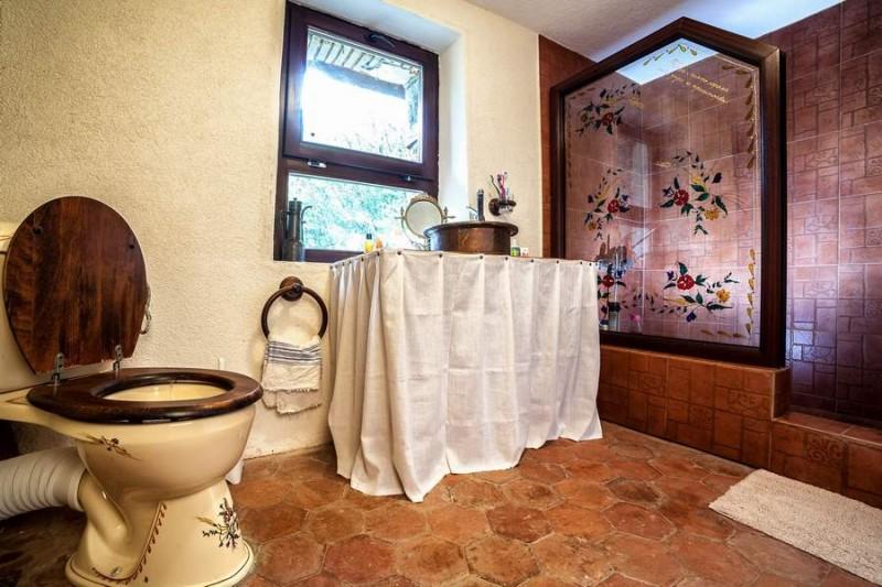 Баня от втората къща на втория етаж. Подът е с плочки tomette, ретро тоалетната чиния също е от Франция. Душът е отделен с красив витраж, нарисуван от приятелка на Мона. Умивалникът е от голяма френска медна купа, пробита, за да й се сложи сифон.