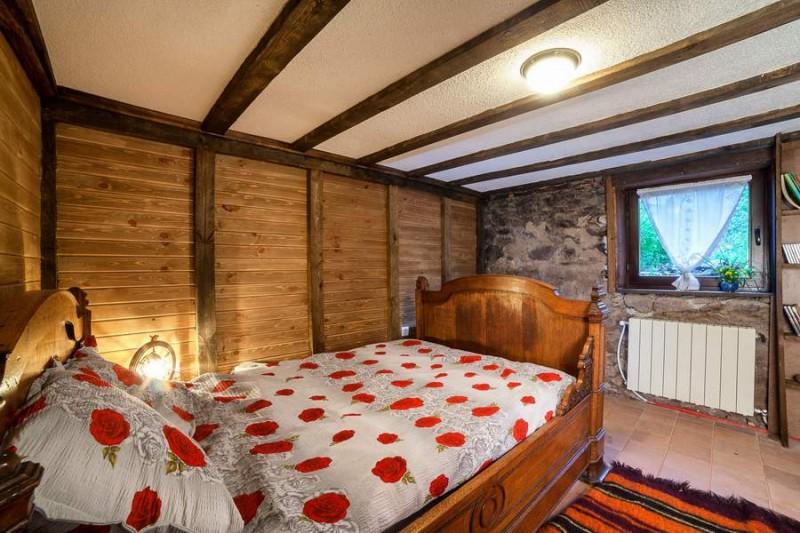 Спалня във втората къща на първия етаж, която преди това е била мазе. Налага се да подкопаят леко пода, да изолират и укрепят стената, да се избие прозорец и да се смени изгнилият гредоред. Таванът е от гипсокартон и греди, боядисани в бяло, за простор и височина. Подът е с плочки tomette. Старинното дървено легло е френско.