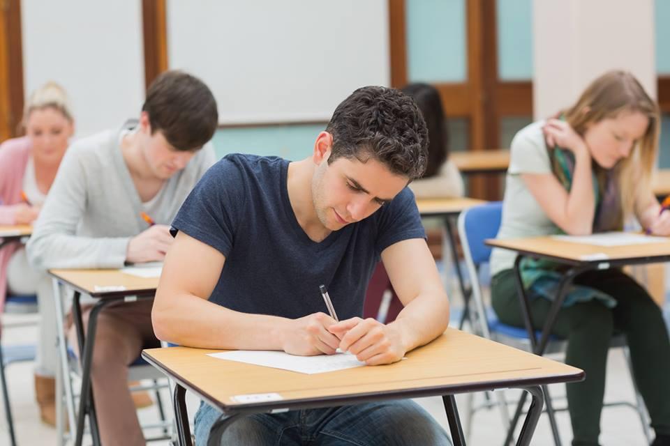 """Кандидати за """"IT таланти се потят на приемния изпит..."""
