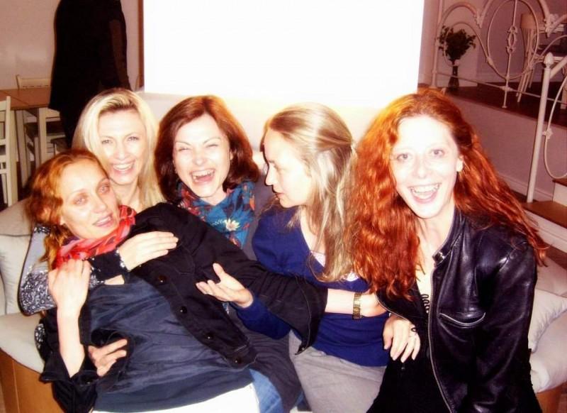"""""""Мацките на Коко"""", както ги нарече Касиел Ноа Ашер. От ляво на дясно: Койна Русева, Лилия Маравиля, Стефка Янорова, Красимира Кузманова и Касиел."""