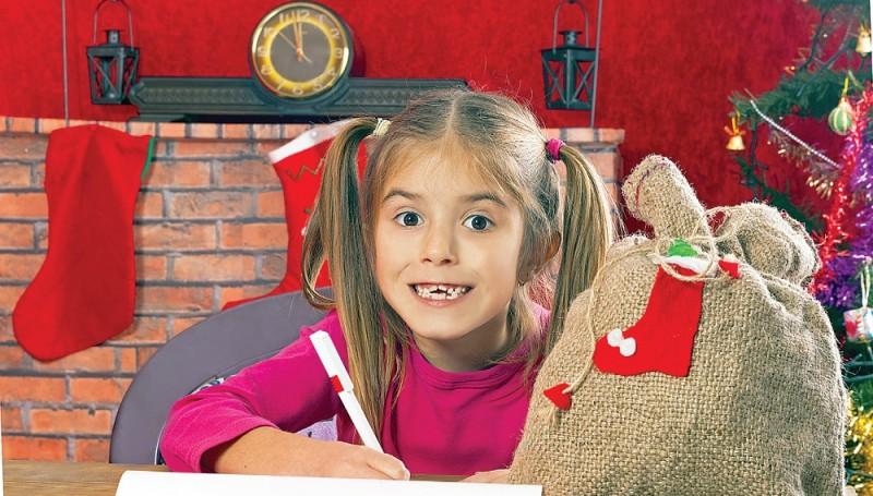 Някои деца предпочитат да пратят желанията си до Добрия старец в плик, като ги придружат от рисунки.