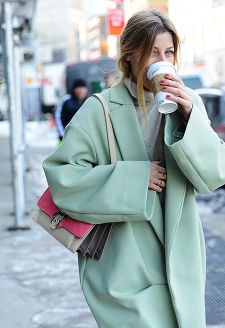 Хитът на сезона - палто в ментовозелено.