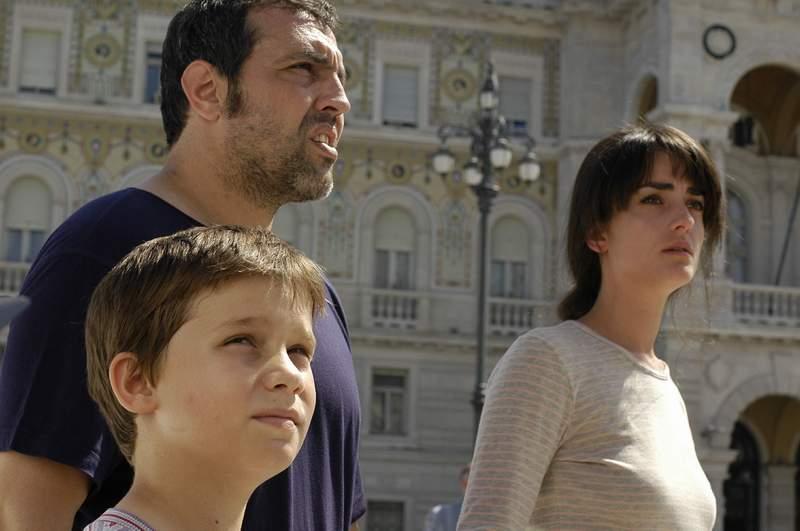 """С Ана Паадопулу и сина си Благовест във филма """"Светът е голям и спасение дебне отвсякъде"""", реж. Стефан Командарев."""