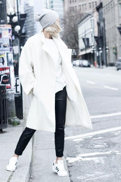 Бялото палто стои добре върху бял пуловер и панталони скини (плътно по тялото) с маратонки и вълнена шапка – за високи стройни момичета.