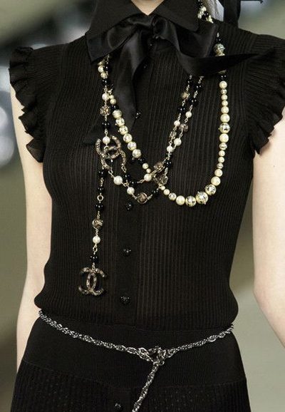 Аксесоарите към МЧР може да са от няколко реда мъниста и перли, с колан-бижу.