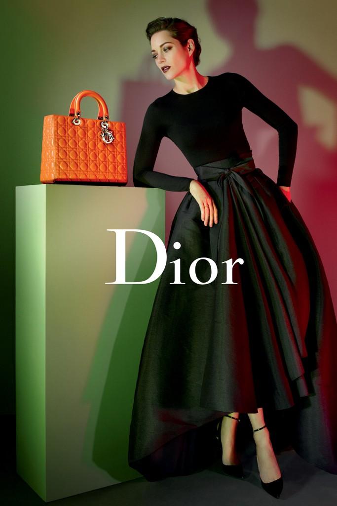 Ако се каните да си купите обувки и чанта, които биха подхождали на черната рокля или на черната пола с боди – обърнете внимание на този сет на Chanel с оранжева чанта. На снимката е топмоделът Марион Котияр.