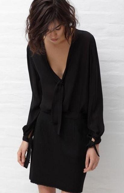 Малка черна рокличка с дълбоко деколте.