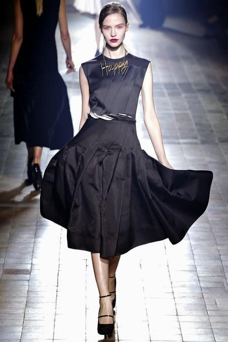 Малка черна рокля с богата пола на свободни плохи.