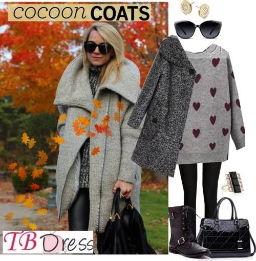 Под палтото пашкул смело може да сложите клин или джинси скини (плътно по тялото) с удобен плетен пуловер или джемпър. Слънцезащитните очила и модерните боти и голяма чанта освежават иначе сивеещия тоалет.