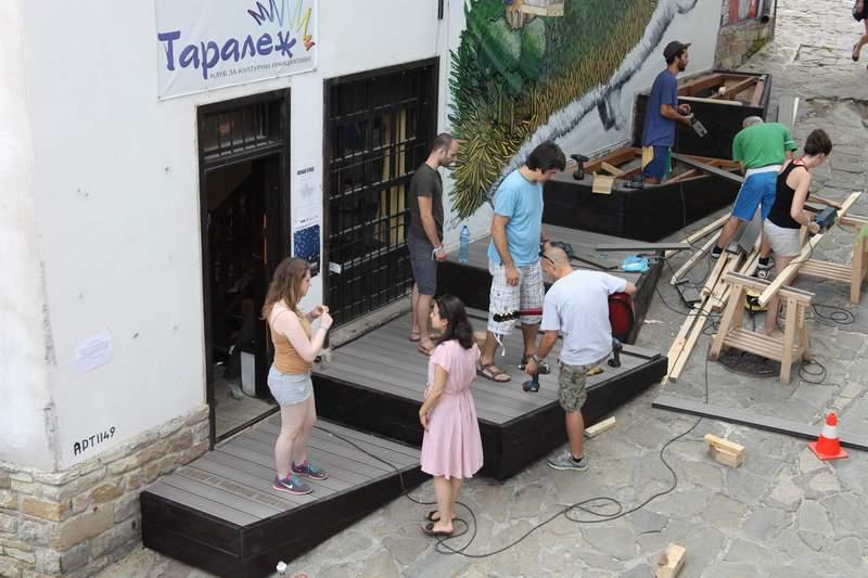 """""""Трансформатори"""" в действие: проект REHAU – Stage за стъпаловидна сцена пред Клуб за културни инициативи """"Таралеж"""" във Велико Търново."""
