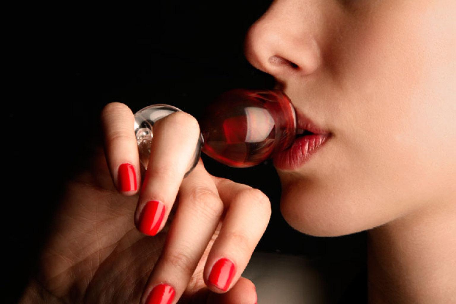 Ринг глас, или чаша-пръстен, сътворена от находчив дизайнер, за да се подчертае бутиковото значение на напитката – не за напиване, а за удоволствие.