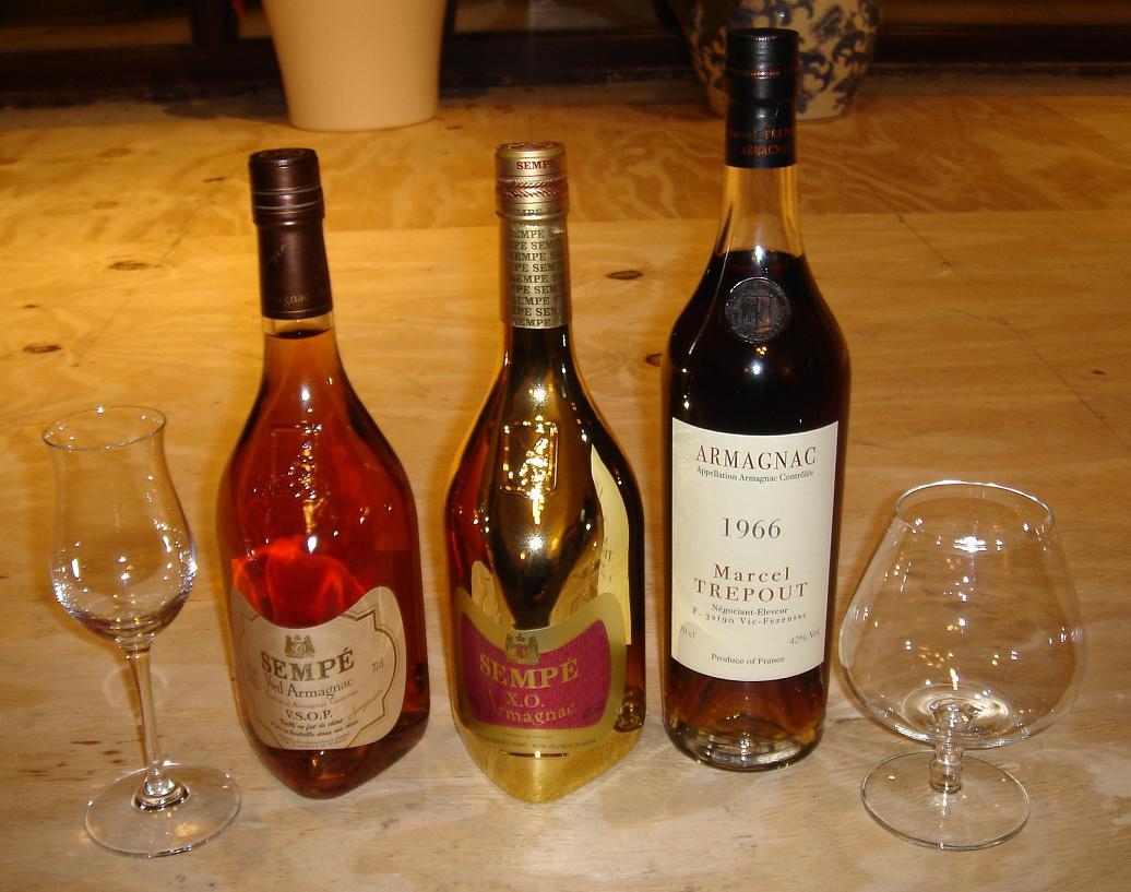 """Двата основни вида чаши – класическа (вдясно) и """"тюлип"""" (""""лале"""") вляво, с които се сервира един от най-качествените коняци в света – френския """"Арманяк""""."""