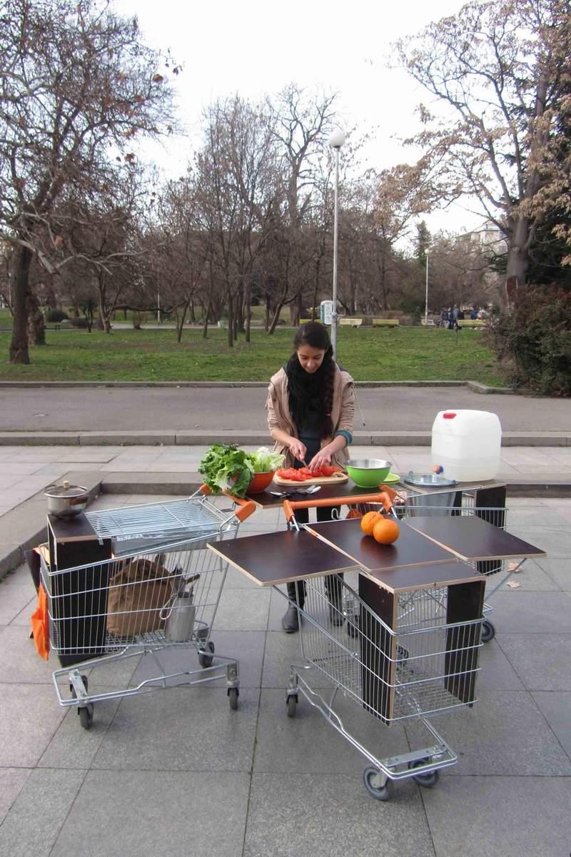 Мобилна кухня от… колички за пазаруване в супермаркети. Може да си закараш кухнята където желаеш, например в парка.