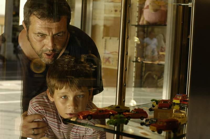 """Със сина си Благовест във филма """"Светът е голям и спасение дебне отвсякъде"""", реж. Стефан Командарев."""