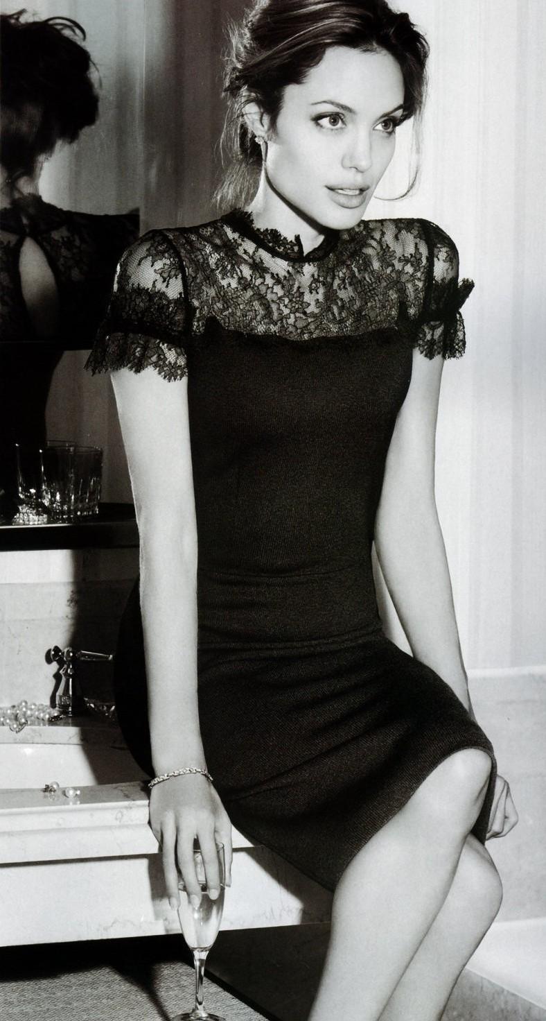 Всички холивудски знаменитости имат в гардероба си поне по една малка черна рокля. Анджелина Жоли.