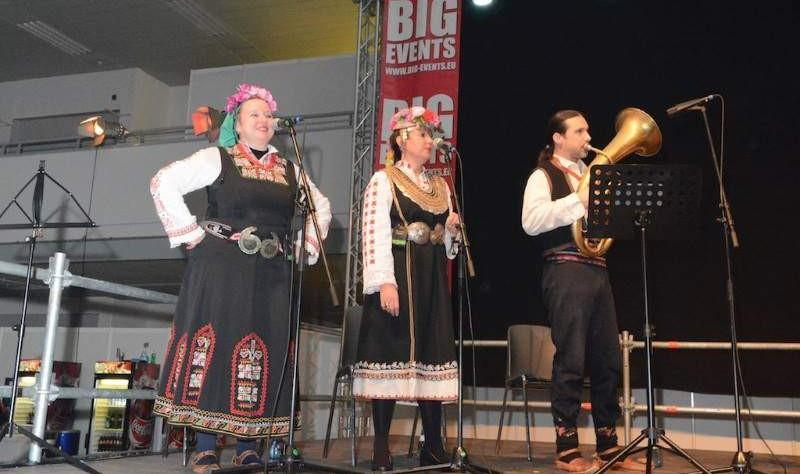 Сестри Радкови на сцената.