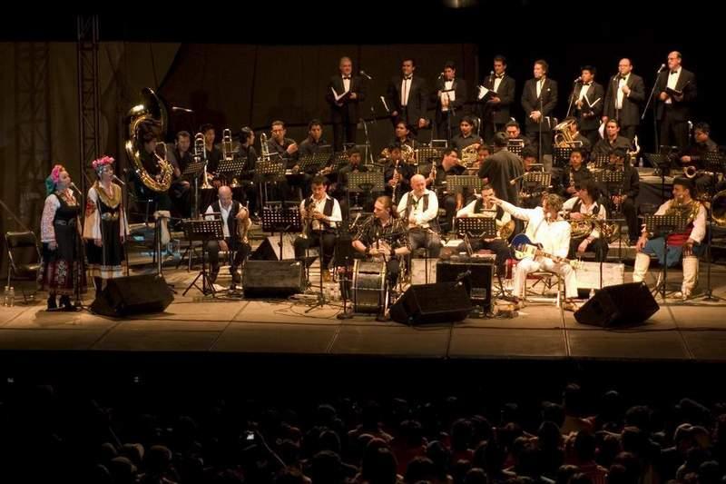 """Сестри Радкови с """"Оркестъра за сватби и погребения"""" на сцената."""