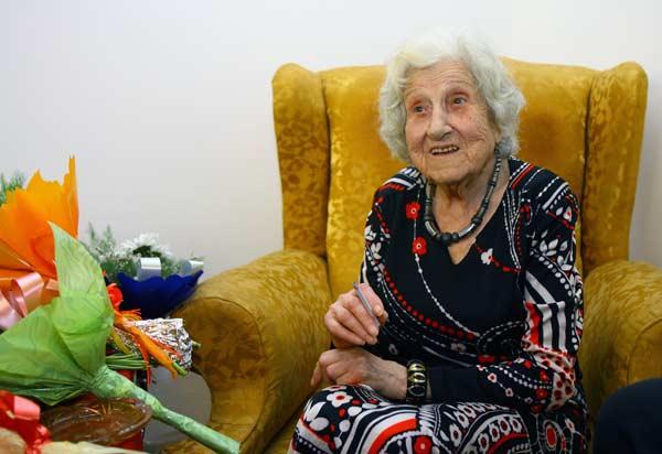 До смъртта си на 101 година легендарната Фео Мустакова пуши по две кутии цигари на ден.