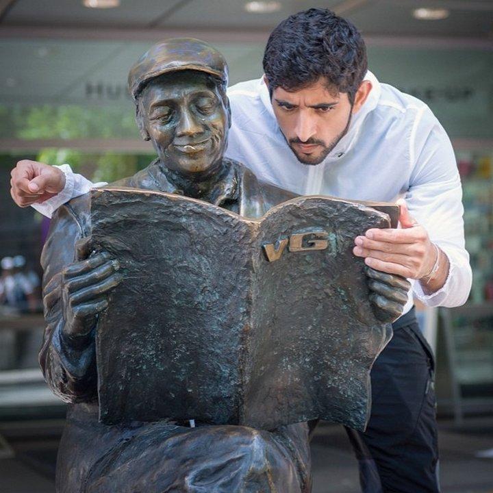 Както своя баща, шейх Хамдан пише стихове с основни мотиви семейството, родината и романтичните отношения.