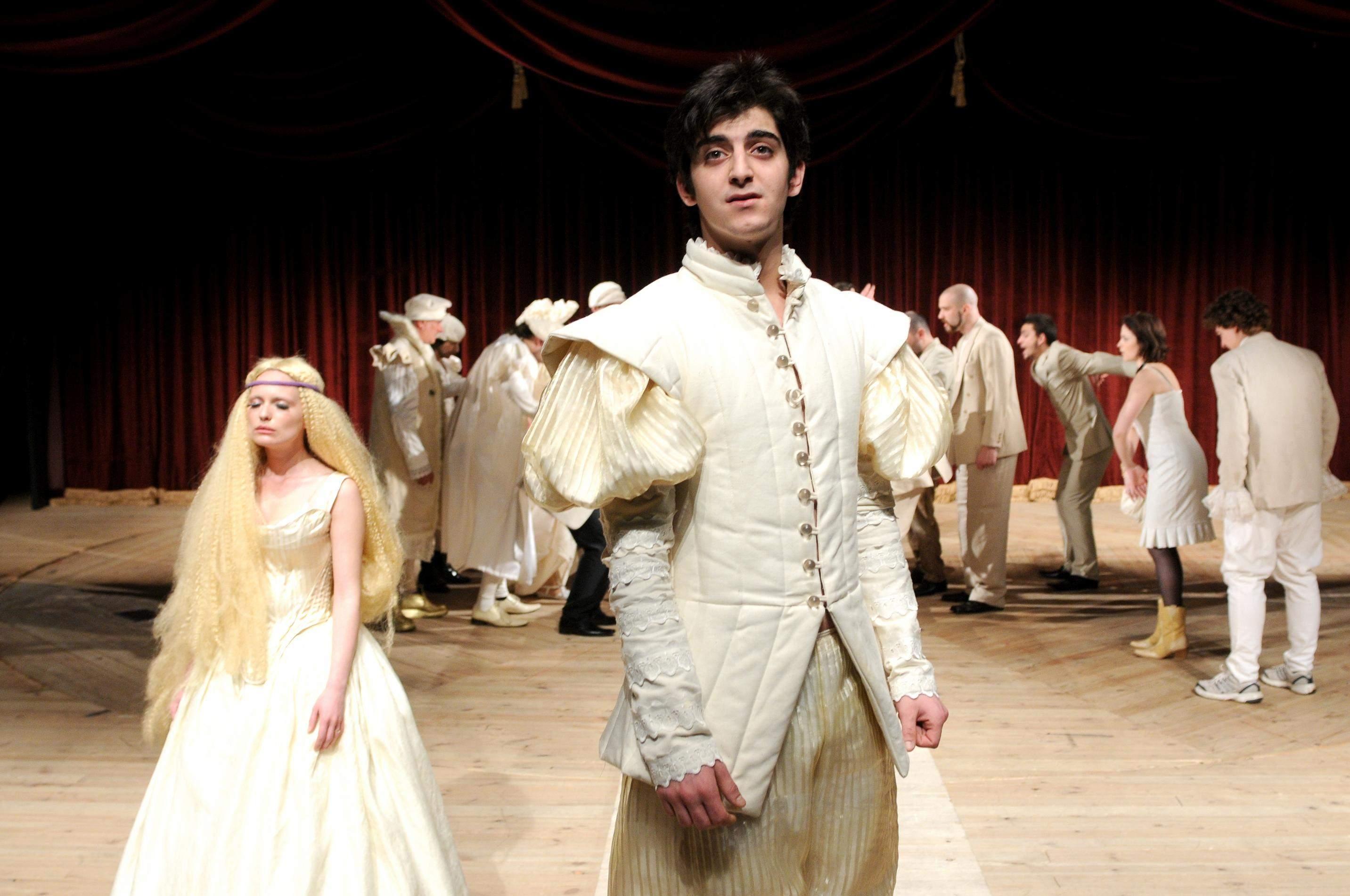 """Като Лученцио в """"Укротяване на опърничавата"""", постановка на Мариус Куркински в Сатиричния театър."""
