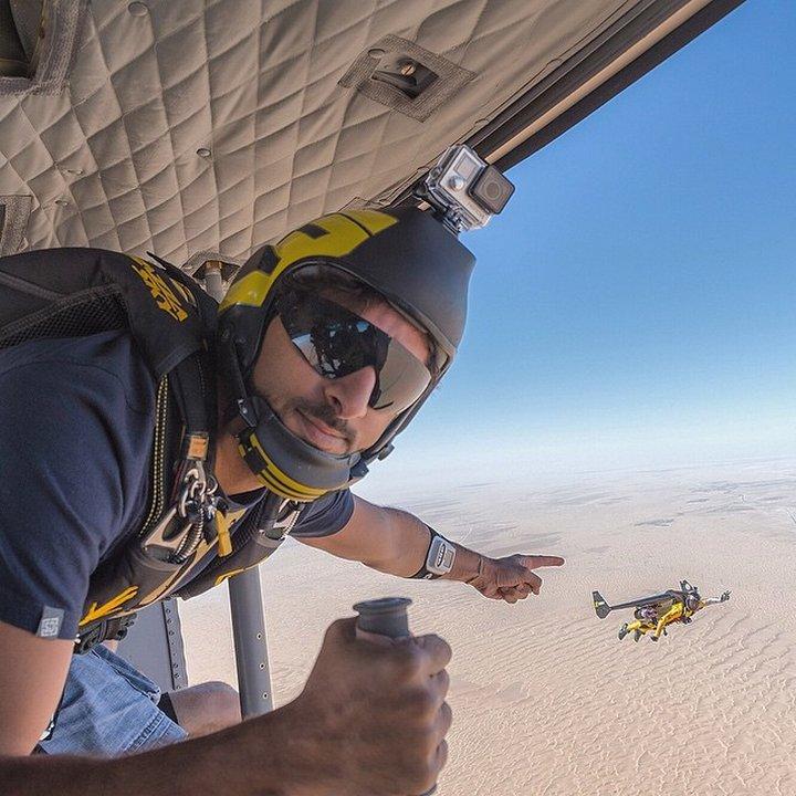 Хамдан обича да скача с парашут.