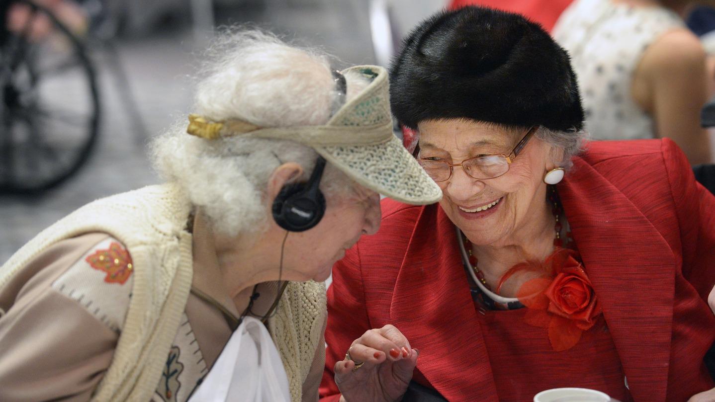 """Когато питат Дейзи Бивънс (на 106, вляво) и Флора Мичъл (на 101) какво е да си на сто години, те кокетничат: """"Чувстваме се на 87""""."""